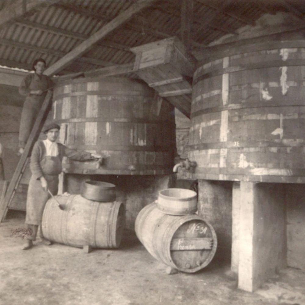 Una imagen antigua de las barricas de CVNE, con varios trabajadores de la casa