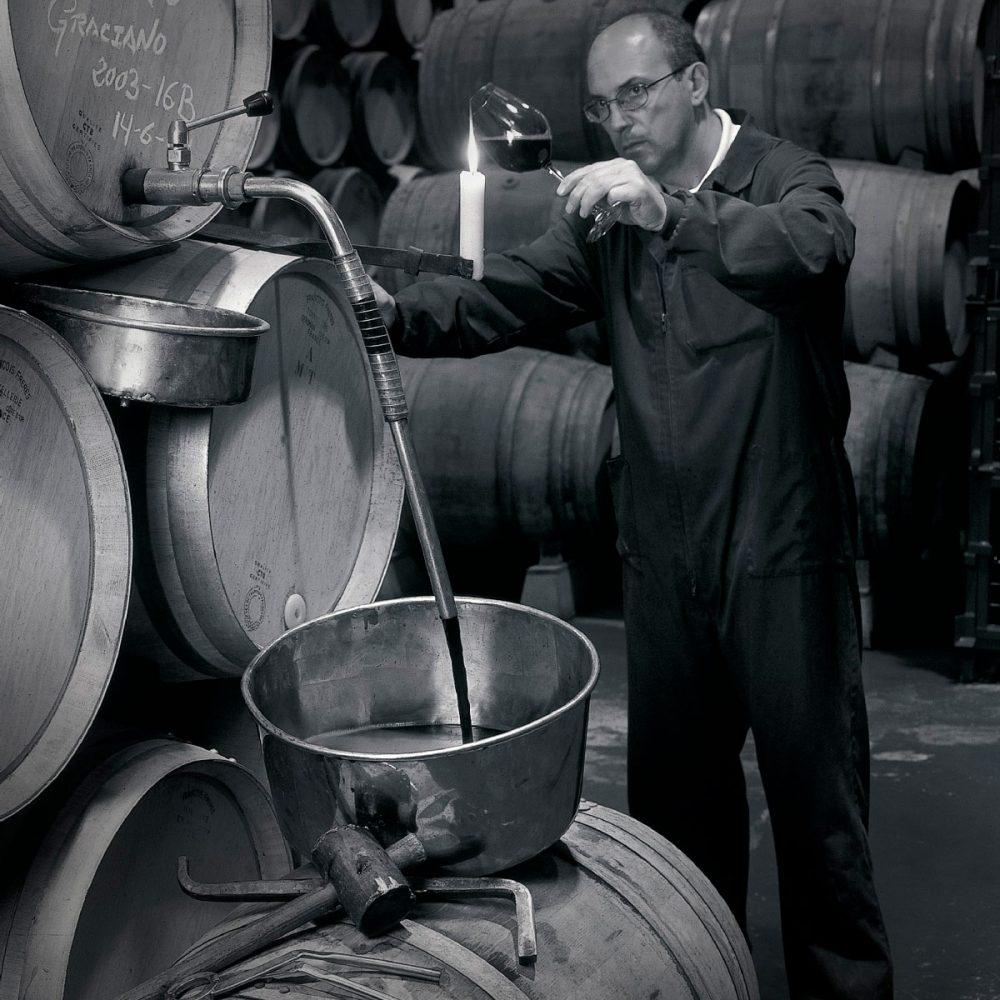 Controlando la calidad del vino de las barricas de Contino Graciano